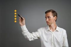 Pięć gwiazdowa ocena lub ranking porównywać z normą pojęcie, Mężczyzna ocenia usługa, hotel, restauracja Obraz Stock