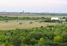 Pięć helikopterów lokalizować w śródpolnym lotnisku Obrazy Stock