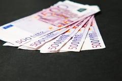 Pięć hundered euro rachunków na stole Fotografia Royalty Free