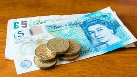 Pięć Jeden Funtowych monet Nowych 5 Funtowych notatek i Starego Fiver obrazy royalty free