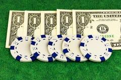 Pięć kasyn układów scalonych zgodny z nominalny val i banknoty Obraz Royalty Free