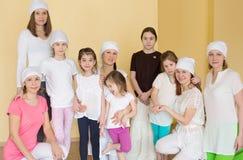 Pięć kobiet i cztery dziecka w sportswear Zdjęcie Royalty Free
