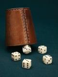 Pięć kostka do gry i rzemiennej filiżanka Obraz Stock