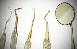 Pięć kruszcowych Medycznych instrumentów na białym tle Zdjęcia Royalty Free