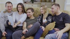 Pięć młodych przyjaciół robią selfie przy cyfrową pastylką w domu zdjęcie wideo