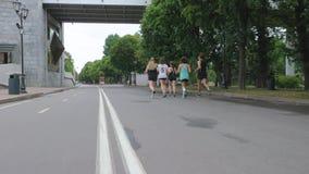 Pięć młodzi ludzie bieg wzdłuż miasta s bulwaru na letnim dniu i witają widzów zbiory wideo