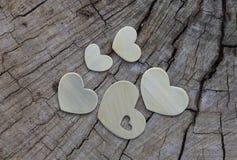 Pięć metali serc na drewnie Obrazy Royalty Free