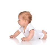 Pięć miesięcy dziecka Dziecięca dziewczynka kłama szczęśliwy patrzeć Fotografia Royalty Free