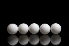 Pięć piłek dla śwista pong na ciemnym tle z rzędu Obrazy Royalty Free