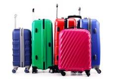 Pięć plastikowych walizek na bielu Zdjęcia Royalty Free