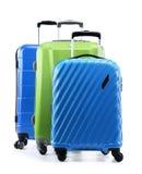 Pięć plastikowych walizek odizolowywających na bielu Obrazy Stock