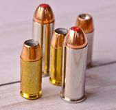 Pięć pocisków, dwa 44 specjalnego i kaliberu wydrążenia trzy 40 punktu zdjęcie royalty free