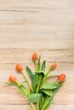 Pięć Pomarańczowych tulipanów na Brown Drewnianym tle Obraz Royalty Free