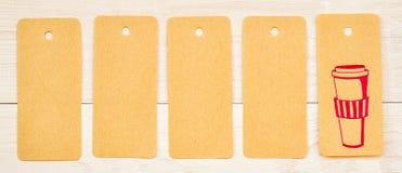 Pięć przetwarzających papierów etykietek z ślicznym różowym rysunkiem filiżanka i puste miejsce na białym drewnianym tle Obrazy Royalty Free