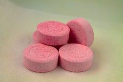 Pięć różowych pigułek zdjęcia stock