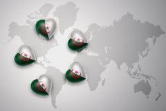 pięć serc z flaga państowowa Algeria na światowej mapy tle Zdjęcia Royalty Free