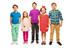 Pięć szczęśliwych różnorodnych przyjaciół stoi w rzędzie zdjęcia stock