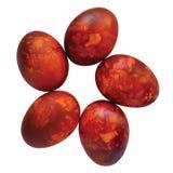 Pięć tradycyjnych czerwonych Wielkanocnych jajek, cebuli łupa barwili, malują w cebulkowych skórach, ampuła wyszczególniający odi fotografia royalty free