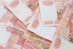 Pięć tysięcy rubli rachunków rosyjskie ruble wiązka 5000 Rosyjskich banknotów zamyka w górę obrazy stock