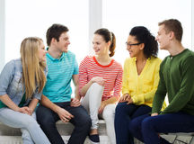 Pięć uśmiechniętych nastolatków ma zabawę w domu Obrazy Royalty Free