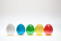 Pięć Wielkanocnych jajek na piedestałach na białym tle Obrazy Royalty Free