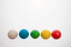 Pięć Wielkanocnych jajek na piedestałach na białym tle Obrazy Stock