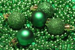 Pięć zielonych bożych narodzeń piłek zdjęcie stock
