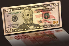 Pięćdziesiąt dolarów z odbicia 5.000 Rosyjskimi rublami Zdjęcie Stock