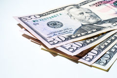Pięćdziesiąt dolarowych rachunków layingon biały tło zdjęcie stock