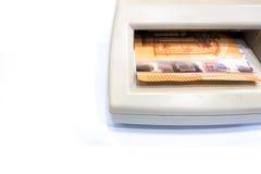 Pięćdziesiąt euro banknot w automatycznym sfałszowanego pieniądze detektorze na w obraz royalty free
