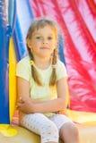 Pięcioletni dziewczyn naprygalis na wielkim nadmuchiwanym trampoline siedzieli puszek odpoczywać Zdjęcie Royalty Free