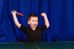 Pięcioletnia chłopiec cieszy się zwycięstwo obrazy stock