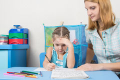 Pięcioletnia dziewczyna myśleć robić pisownia adiunkta Obraz Stock
