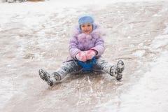 Pięcioletnie dziewczyn rolki dalej po środku lodowych obruszeń Fotografia Stock