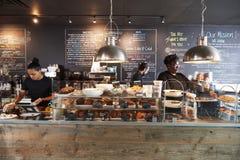 Pięcioliniowy działanie Za kontuarem W Ruchliwie sklep z kawą zdjęcie royalty free