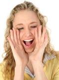 piękną blondynkę nastolatek krzyczeć zdjęcia royalty free