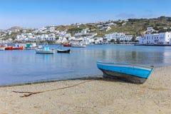 Piękna łódź na plaży w Mykonos wyspie Grecja Cyclades jpg Zdjęcie Stock