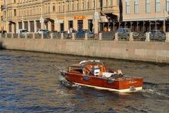 Piękna łódź z turystami unosi się na Moika rzece jasnego d Zdjęcia Stock