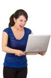 Piękna łacińska młoda kobieta używa laptop Obrazy Royalty Free