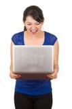 Piękna łacińska młoda kobieta używa laptop Zdjęcie Royalty Free