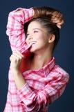 Piękna ładna dziewczyna trzyma włosy i gryźć koszula Fotografia Stock