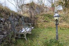Piękna łamająca ławka i dekoracyjne plenerowe lampy w Kronenburg, Niemcy obraz royalty free