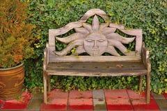 Piękna ławka z woodcarving słońce Zdjęcia Stock