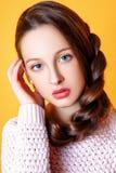 Piękna Śliczna mody dziewczyna nastoletnia w pulowerze i skir na żółtym tle z długie włosy pozować Obrazy Royalty Free