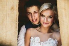 Piękna ślub para w drzwi Zdjęcie Royalty Free