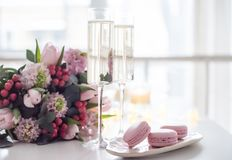 Piękna ślubna dekoracja z szampanem i menchiami kwitnie, el obrazy stock