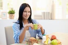 piękna śniadaniowego stołu kobieta Zdjęcia Stock