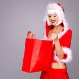 Piękna śnieżna dziewczyna trzyma boże narodzenie nowego roku prezenta pudełko zdjęcie royalty free