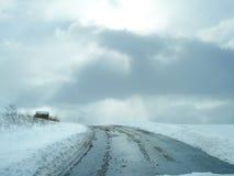 Piękna Śnieżna sceny droga, niebo i Zdjęcie Royalty Free