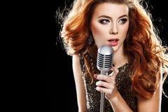 Piękna Śpiewacka dziewczyna Piękno kobieta z mikrofonem Obraz Royalty Free